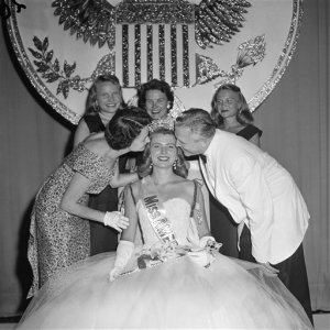 Former Miss America, Marilyn Van derbur, seated with her family, Sept. 7, 1957, in Atlantic City, N.J.  (AP Photo)