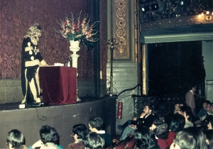 Dr. De Saint-Simone, at one of her lectures in Spain